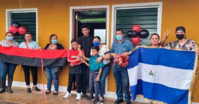 Representantes de la Alcaldía de Acoyapa junto al protagonista Guillermo Brockman, en la entrega de Vivienda en el Barrio Toda América.