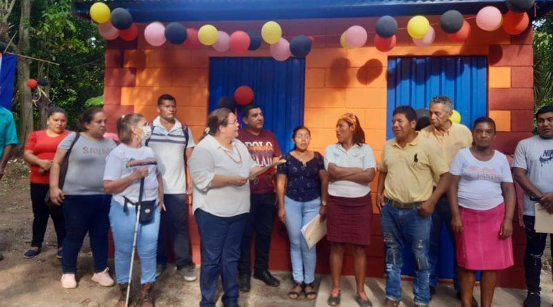 Familia inaugurando su nueva vivienda en Matagalpa