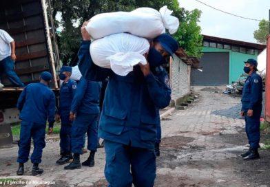 Efectivos del Distrito Naval Caribe de la Fuerza Naval del Ejercito de Nicaragua realizando descargue de paquetes alimenticios en Bluefields