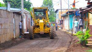 Maquinaria de la Alcaldía de Managua en las labores de construcción del programa Calles para el Pueblo en el barrio Concepción de María en el Distrito 6 de Managua.