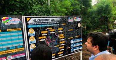 Secretario general de la Alcaldía de Managua, Fidel Moreno supervisando los avances del proyecto en el barrio William Galeano, del distrito III de Managua.