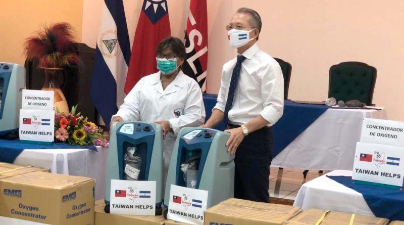 Embajador de Taiwán junto a la Ministra de Salud, Martha Reyes, durante la entrega de la donación de concentradores de oxígeno