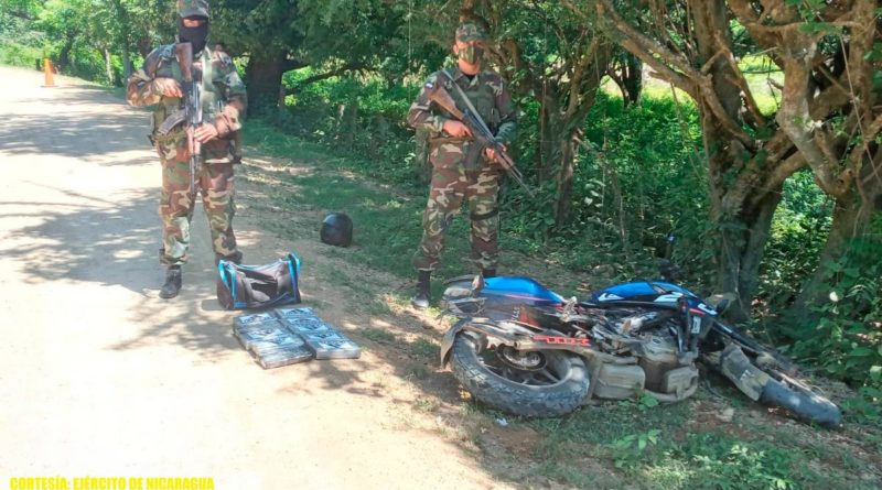 Efectivos del Ejército de Nicaragua custodiando la droga incautada