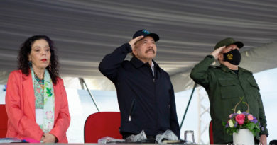 Vicepresidenta Rosario Murillo, Comandante Daniel Ortega y General de Ejército Julio César Avilés, durante el acto central de conmemoración del 42 aniversario de constitución del Ejército de Nicaragua.