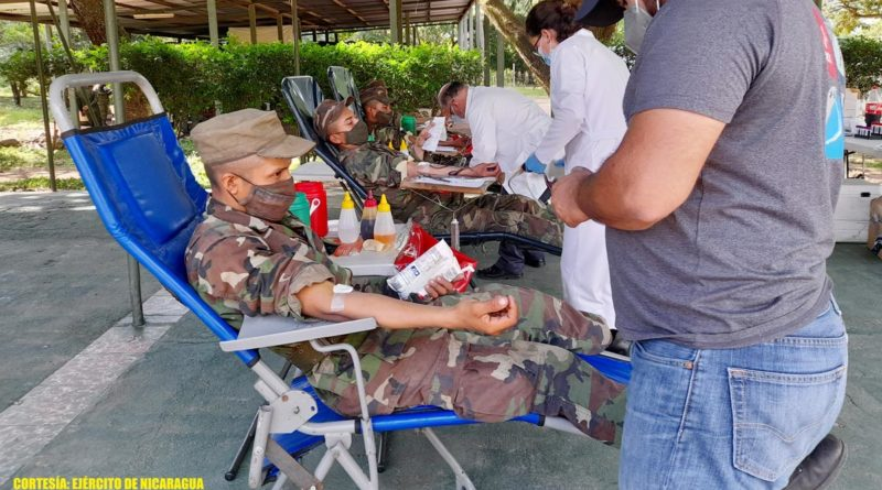 """Efectivos militares de la Escuela Nacional de Adiestramiento Básico de Infantería """"Soldado Ramón Montoya"""" del Ejército de Nicaragua participando en jornada de donación voluntaria de sangre."""