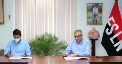 Presidente ejecutivo de ENACAL, Ervin Barreda, firmando contrato para la Operación Automatizada de Equipos de Bombeo y Tanques de Almacenamiento en Altamira, Managua.