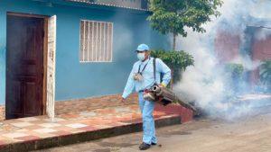 Brigadista del MINSA durante la fumigación en el barrio Ayapal