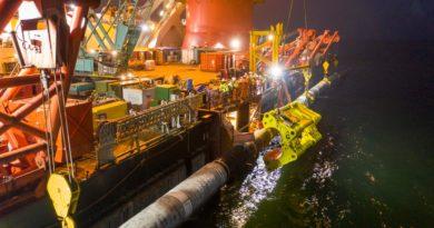 Dos secciones de las tuberías del gasoducto Nord Stream 2 siendo conectadas