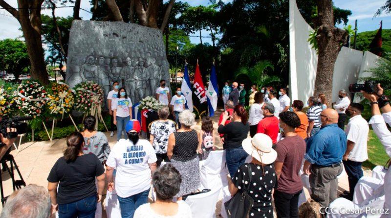 """Homenaje al maestro Arnoldo Guillén al pie de su última obra monumental el friso mural """"Los Héroes de Nicaragua""""."""