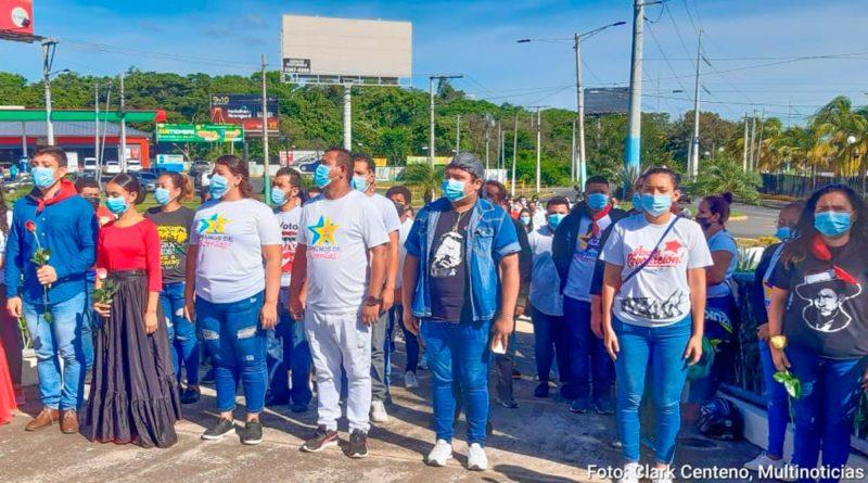 Juventud Sandinista rindiendo homenaje a ala gesta heroica de Rigoberto López Pérez en su monumento en Managua