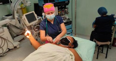 Médicos del hospital Antonio Lenin Fonseca de Managua desarrollando cirugía ortopédica en un paciente