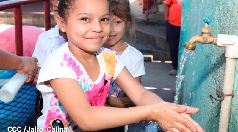Niña en un centro educativo de Nicaragua lavándose las manos