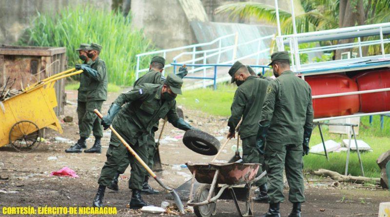 Efectivos del Ejército de Nicaragua en jornada ecológica en la laguna de Tiscapa de Managua