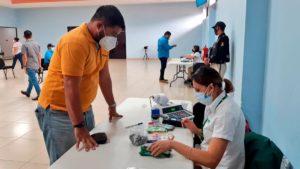 Trabajador del Ministerio de Educación retirando su salario en el auditorio Elena Arellano
