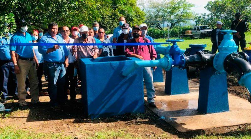 Autoridades de ENACAL junto a familias de Tonalá, Puerto Morazán en Chinandega, inaugurando el pozo de agua potable.
