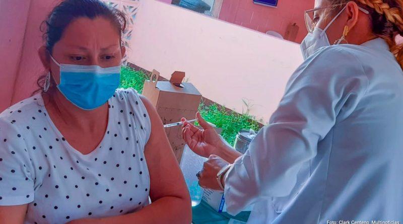 Ciudadana de San Rafael del Sur recibiendo la primera dosis de la vacuna AstraZeneca contra el COVID-19