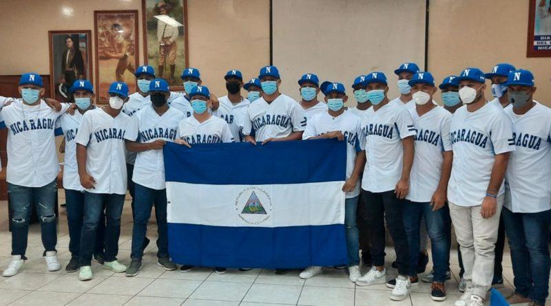 Jugadores de la Selección de Nicaragua U23 abanderados por el IND.