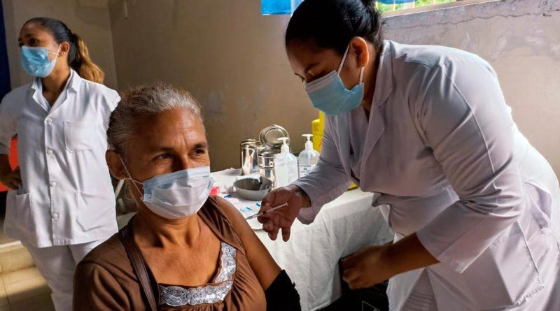 Enfermera del Ministerio de Salud de Nicaragua aplicando vacuna Sputnik V en Managua