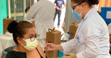 Enfermera del Ministerio de Salud de Nicaragua (MINSA), aplicando la segunda dosis de la vacuna contra el COVID-19 a una ciudadana en Managua.