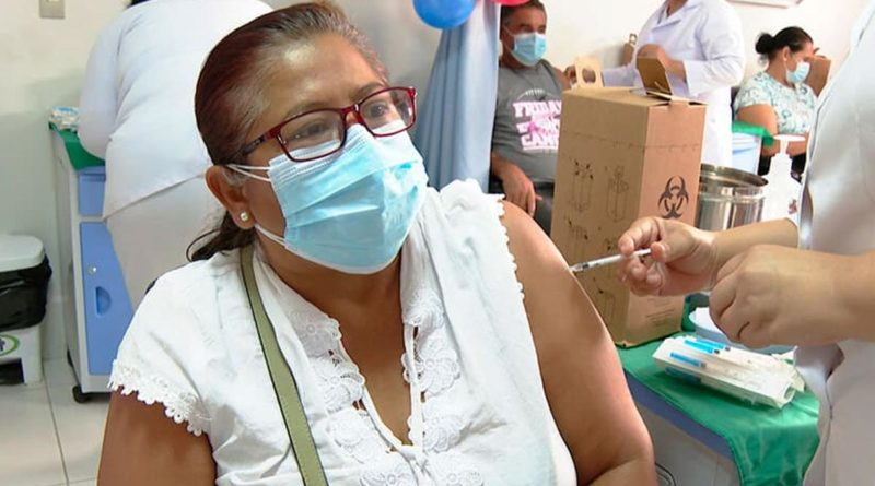 Pobladores de Managua reciben su vacuna contra la Covid-19 en Managua.
