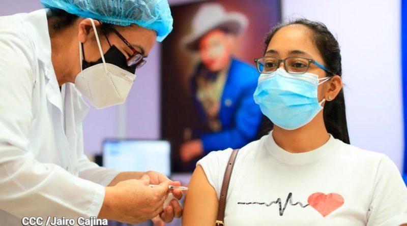 Enfermera del Ministerio de Salud de Nicaragua vacunando a una ciudadana mayor de 30 años en Managua