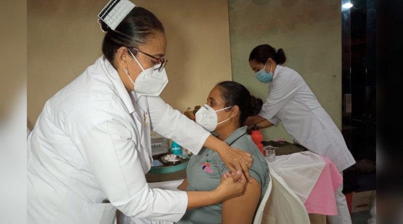 Personal médico del MINSA aplica vacuna contra el Covid-19 a pobladores de Juigalpa