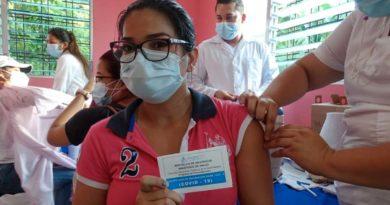Médico del Ministerio de Salud aplica vacuna contra el Covid-19 a pobladora de Nindirí