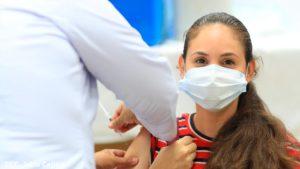 Médicos del MINSA aplican vacuna contra el Covid-19, AstraZeneca a una persona en Managua