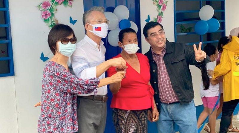 Autoridades de la Alcaldía de Managua y Embajada de Taiwán junto a la protagonista de la nueva vivienda digna