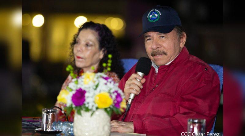 Presidente-Comandante-Daniel y Compañera Rosario en Acto de Entrega de 250 Buses nuevos