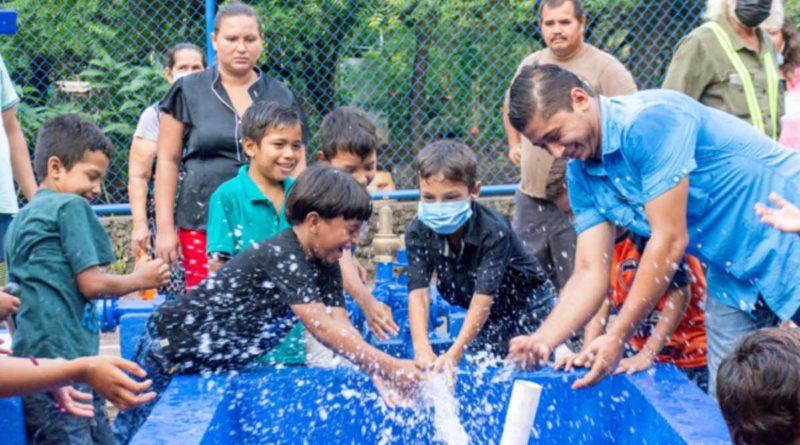 Familias de Apastepe junto a autoridades del FISE durante la inauguración del proyecto de agua y saneamiento