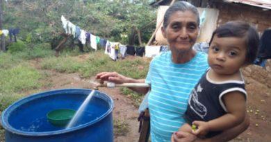 Pobladores de San José de Cusmapa haciendo uso del servicio de agua potable