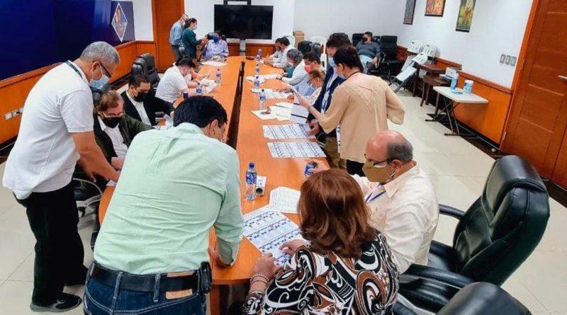 Consejo Supremo Electoral junto a los representantes legales de los Partidos y las Alianzas de Partidos Políticos, revisando y validando la Boleta Electoral