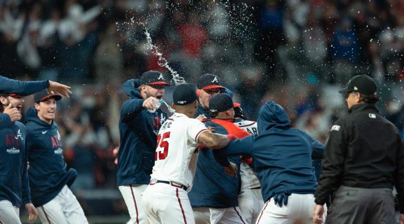 Jugadores de los Bravos de Atlanta celebra su victoria ante Los Dodgers.