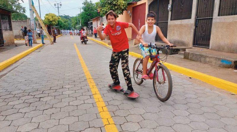Niños jugando en las calles inauguradas por la Alcaldía de Ciudad Sandino