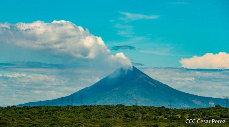 Cielo parcialmente nublado en el occidente del país, con una hermosa vista del Volcán Momotombo.