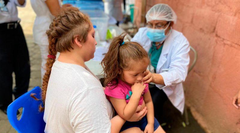 Médicos del Ministerio de Salud de Nicaragua brindando atención médica a familias de Montoya en Managua.