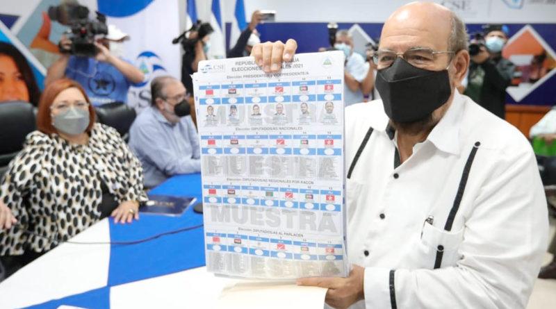 Diputado Edwin Castro muestra una de las boletas entregadas por el Consejo Supremo Electoral