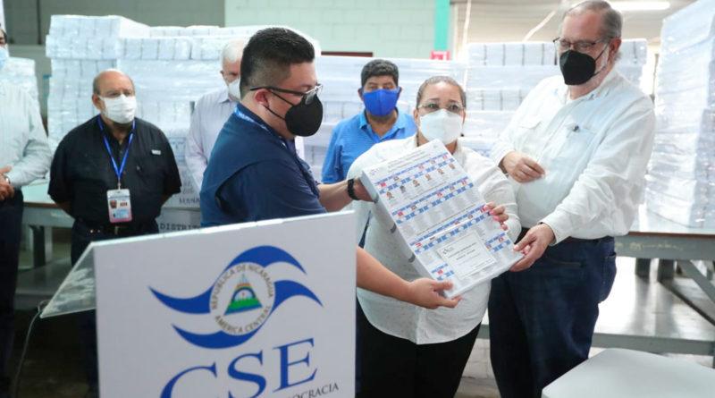 Autoridades del Consejo Supremo Electoral muestran las boletas electorales