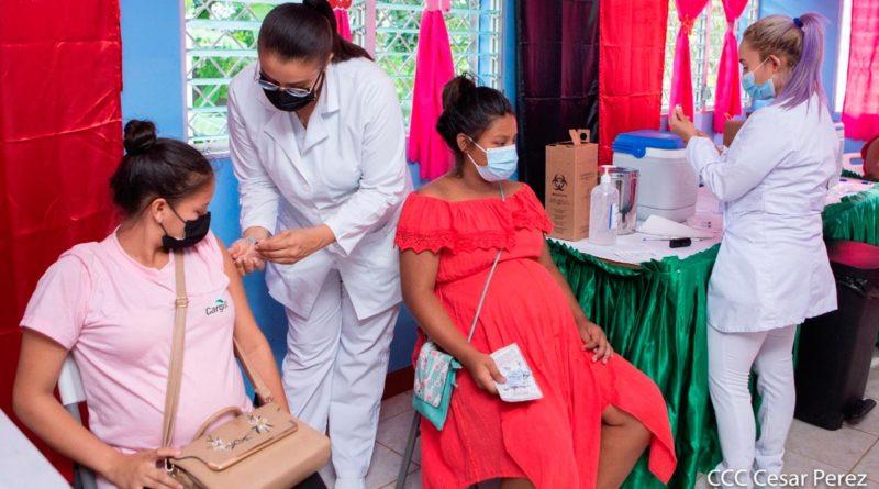 Mujeres embarazadas siendo vacunadas contra la COVID-19 en Nicaragua