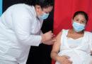 Personal médico del Ministerio de Salud aplica vacuna contra el Covid-19 a una mujer embarazada