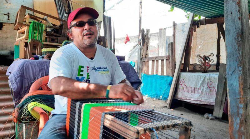 Abelardo Francisco Muñoz, emprendedor no vidente, elaborando artesanías en Corinto, Chinandega