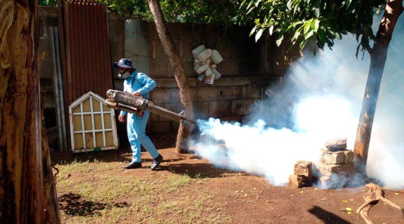 Personal del Ministerio de Salud de Nicaragua fumigando una vivienda del barrio San Isidro de la Cruz Verde de Managua