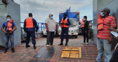 Efectivos militares de la Fuerza Naval durante la inspección a embarcaciones y flota pesquera industrial que zarparon en los principales puertos marítimos.