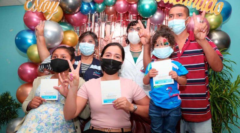 Autoridades del Ministerio de Salud junto a personas tras vacunarse contra el covid-19