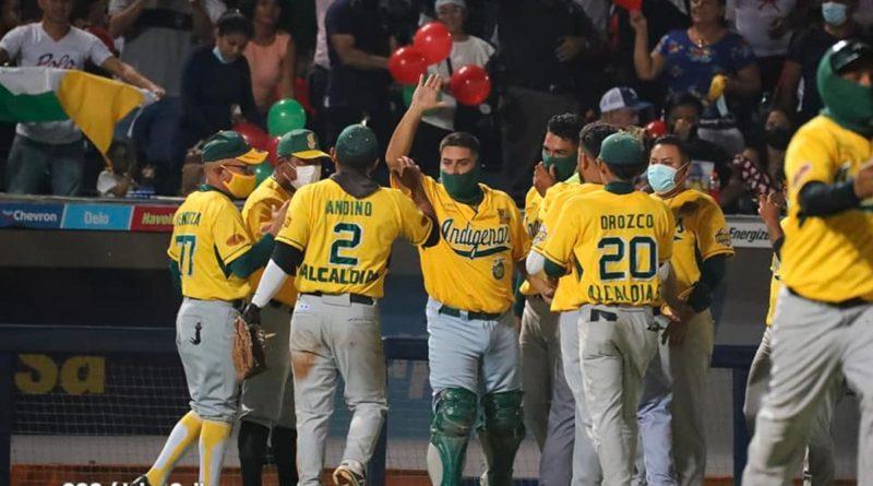 Jugadores de los Indígenas de Matagalpa celebrando su triunfo ante León en el Pomares.