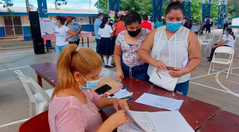 Docente en el Colegio Público Experimental México de Managua realizando matricula para el curso escolar 2022.