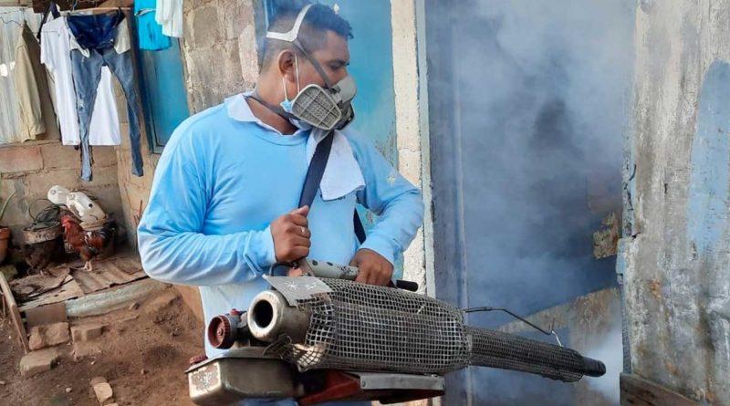 Brigadista del MINSA realiza fumigación en una casa del barrio Andrés Castro