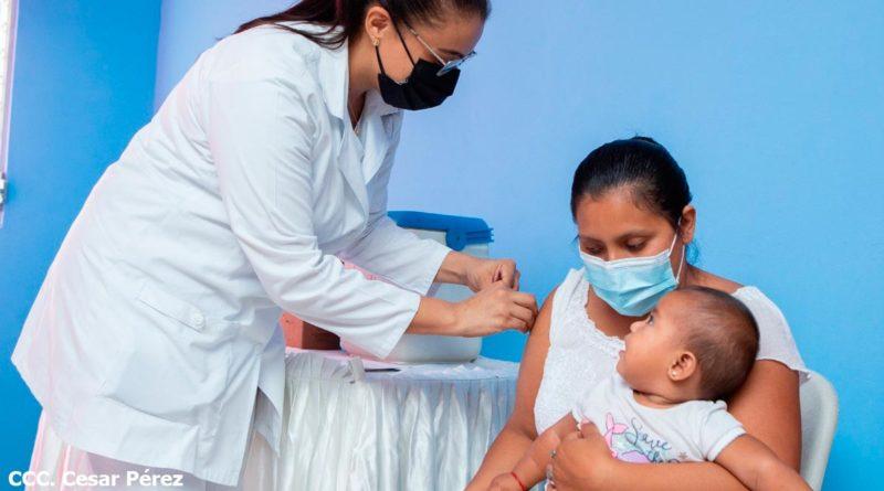 Enfermera del Ministerio de Salud de Nicaragua vacunando a una embarazada contra la COVID-19