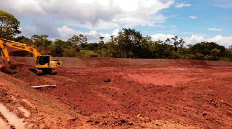 Maquinaria de ENACAL en la construcción del Sistema de Alcantarillado Sanitario y Planta de Tratamiento de las Aguas Residuales en la Ciudad de Nueva Guinea.